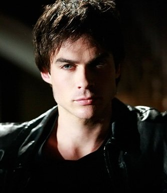 Damon nu dans Vampire diaries