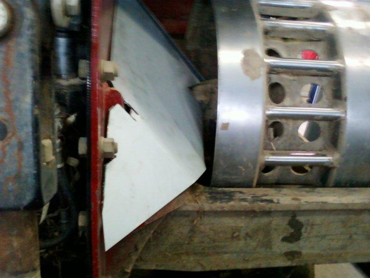 à l atelier ,préparation d anti- terre sur les essieux du bébé