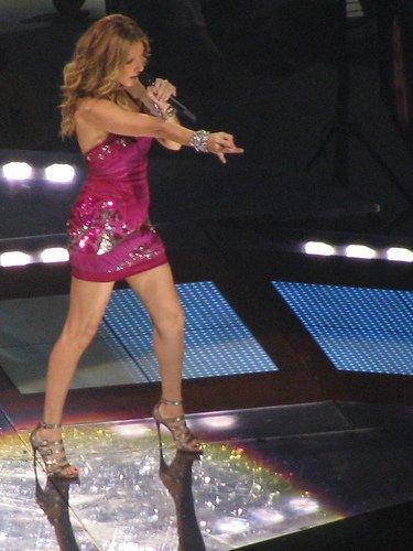 Céline Dion parle à son père et chante avec Johnny Hallyday