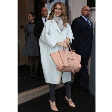Céline Dion adopte le manteau XXL Jil Sander