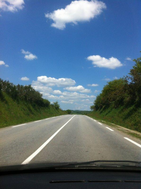 Donnons nous la main le long de la route...je sais pas de telephone au volant mais c'était sympa comme photo...bon c'était cette été :-)