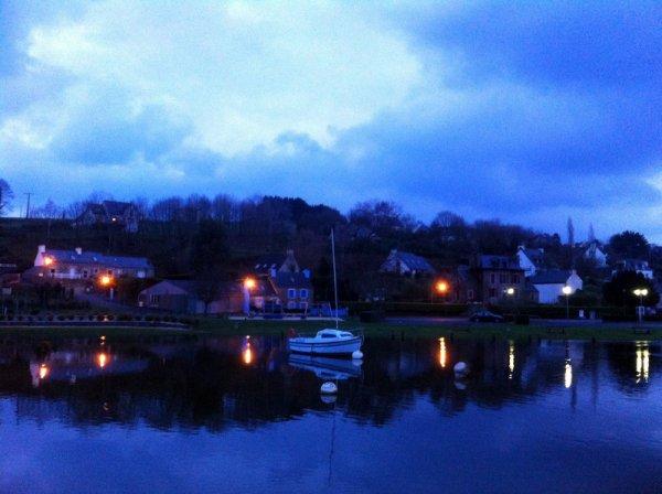 Le petit port de Penzé a la nuit tombée..
