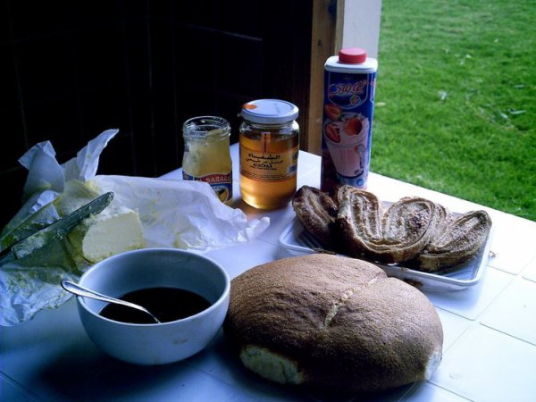 du café;  du miel; du bon pain de quoi donner le sourire pour toute la journée!!!!