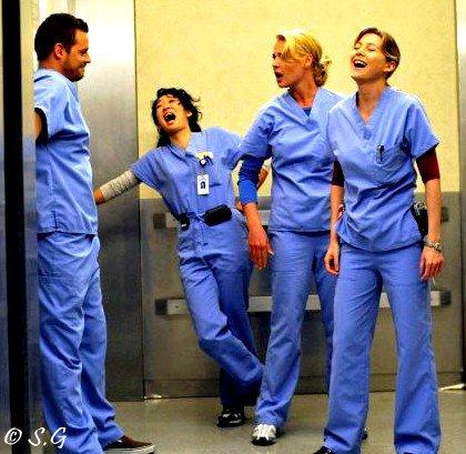 Ceux qui rient beaucoup sont plus heureux que ceux qui rient peu.