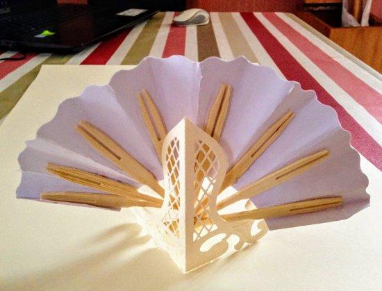 181 - Scrapbooking - mini éventail en papier pour marque place déco mariage