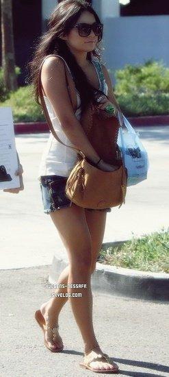 .  27 Août 2010 : Vanessa et Laura New sortant du magasin Best Buy. J'aime bien sa tenue, surtout ses chaussures et son sac, TOP ! .