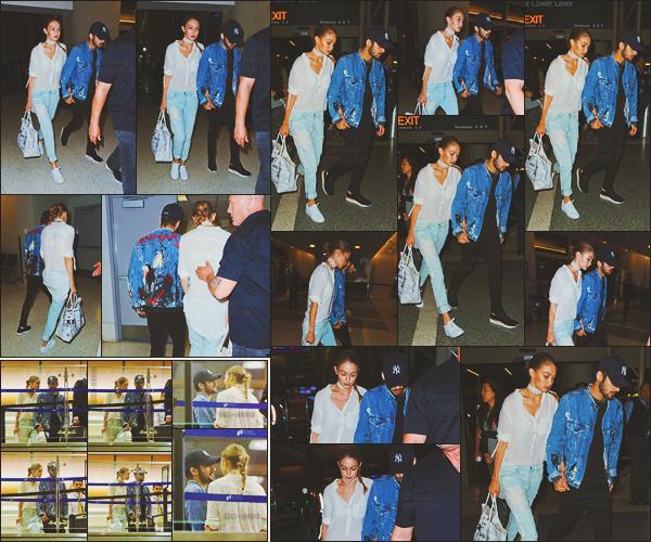 - -• 12/08/16-' : Le célèbre couple Gigi Hadid - Zayn Malik a été aperçu par les paparazzis à l'aéroport de Los Angeles - LAX .    Ils ont également posé avec quelques personnes présentes sur place. Concernant la tenue de Gigi, j'aime beaucoup c'est un beau top pour G. Hadid. -