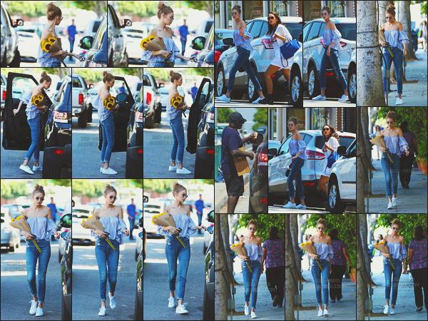 - -• 10/08/16- : Cette fois-ci, on retrouve la belle top Jelena Hadid dans les rues ensoleillées de Los Angeles - en Californie.    La blonde a d'ailleurs fait preuve d'une grande générosité en donnant de l'argent à une personne sans domicile. Un très beau geste de la jolie it-girl ! -