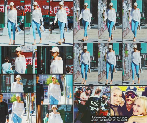 - -• 24/07/16- : Casquette sur la tête - Miss Gigi Hadid est allée déjeuner au restaurant « Smile »  dans la ville de New-York.    Portant un body blanc en dentelle par dessous son top troué et un jean, on retrouve une Gigi stylée dans les rues de la Grosse Pomme, c'est un top. -