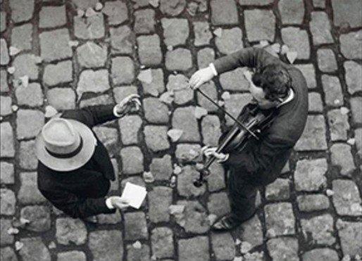 """""""Il n'y pas de violon sans âme. Cette petite pièce faite en épicéa, que le luthier glisse, à la fin de son travail, sous le pied du chevalet, du côté des cordes aiguës, donne à l'instrument son caractère unique, sa sonorité propre."""""""