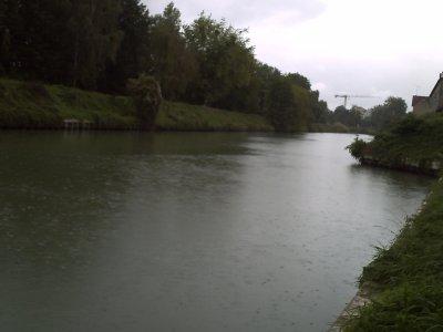 un canal sous la pluie