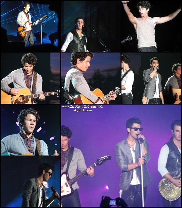 Le 28/08/2010 : Les Jonas Brothers en concert pour le World Tour Atlantic City dans le New Jersey.  Découvrez la maison du couple Kévin et Danielle : Vidéo