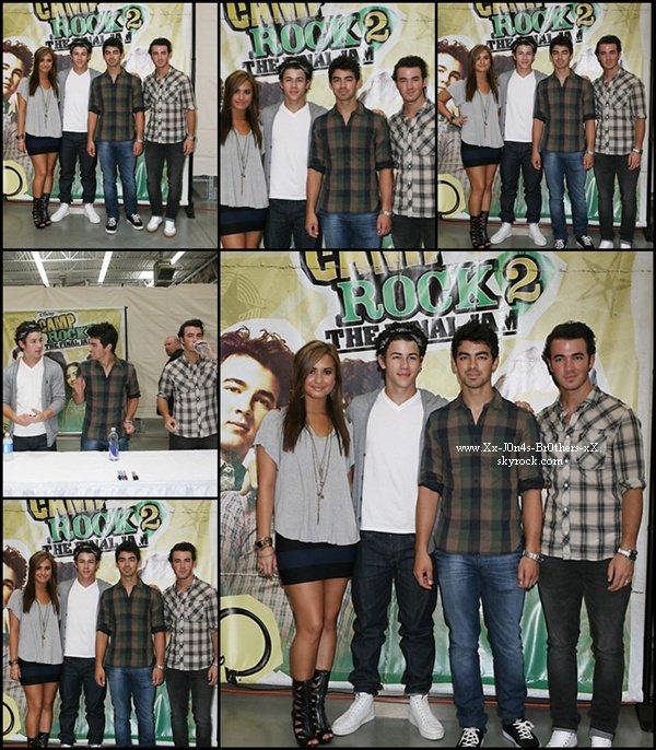 Le 01/09/2010 : Les Jonas Brothers et Demi Lovato en pleine promo de Camp Rock 2 . Ils ont signé des autographes à tous les fans présents à Walmart à Rochester Hills dans le Michigan.