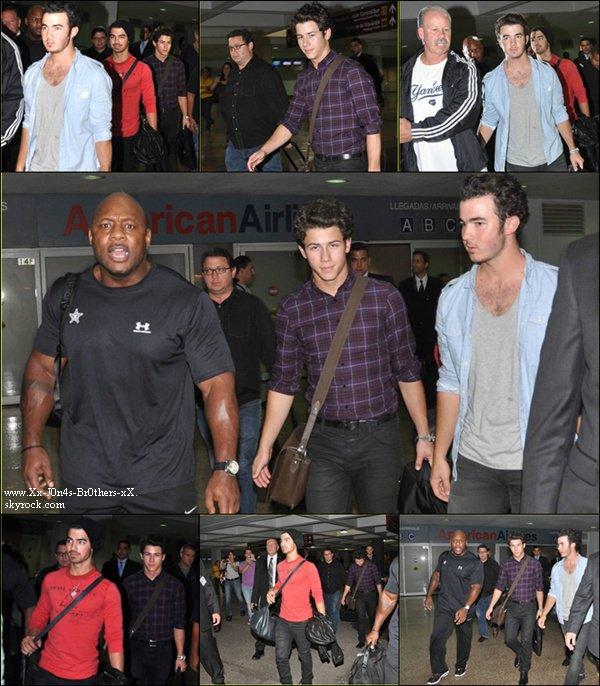 Le 14/10/2010 : Les Jonas arrivent à l'aéroport de Puerto Rico. Voici un nouveau photoshoot des Jonas Brothers de 2010.