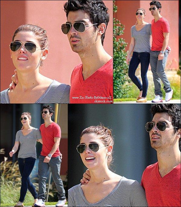 Le 21/10/2010 : Joe et Ashley Greene en promenade à Baton Rouge, en Louisiane. Les Jonas sont en vole vers le Mexique pour continuer la tourner.