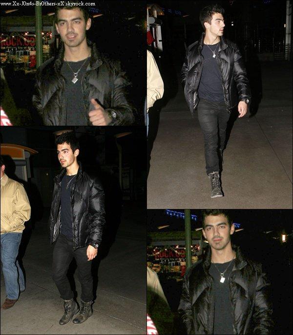 Le 02/12/2010 : Joe sortant d'un cinéma. Le 04/12/2010 :  Nick rentrant dans la maison Jonas après une matinée dans un studio.