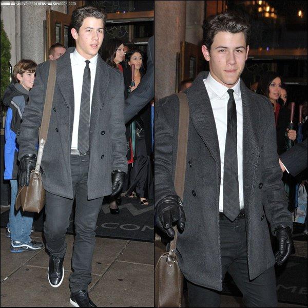 Le 24/2/2011 :  Nick sortant de son hôtel pour le Motown tribute (D.C).  Le 24/02/2011 : Nick quitte les répétitions à la Maison Blanche.