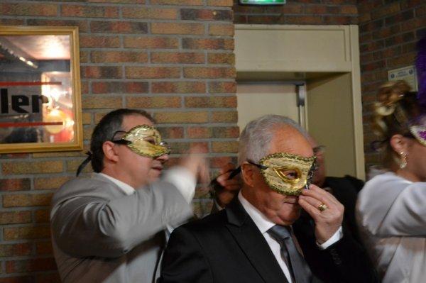 Papy et son fils qui lui remet son masque vénitien...