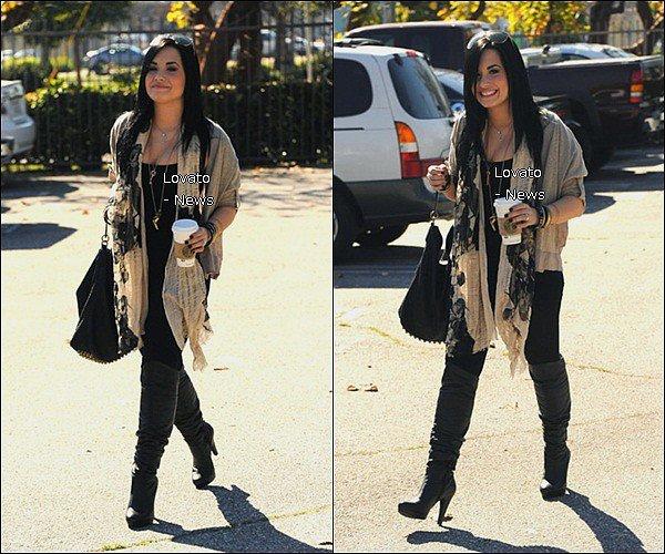 Demi est enfin sortie du centre médical . C'est devant un strabucks Coffee que Demi à été prise en photo par les paparazzis toute souriante .