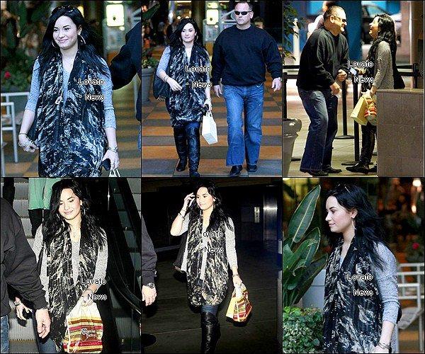 Demi est allée en accompagnie de son bodyguard  faire du shopping à LA ce 30 Janvier . Elle a déjeuner au Cheesecake factory .