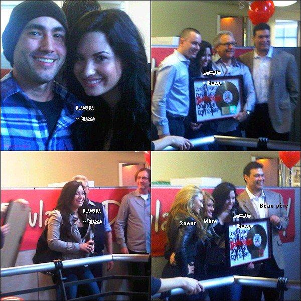 Demi recevant son prix pour son album « Don't Forget » disque d'or ce 16 Février à Los Angeles .