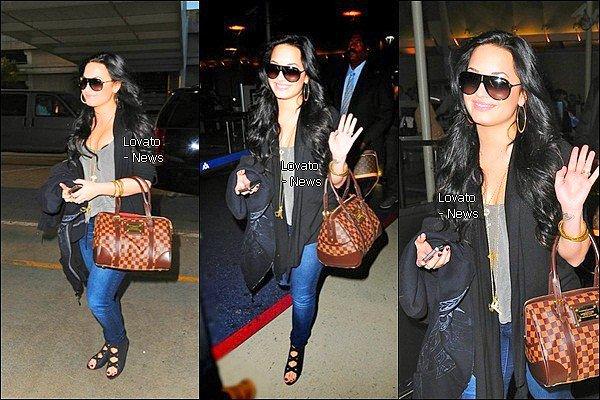 Demi à l'aéroport de LA pour aller rejoindre sa famille & ses amies à Dallas ce 10 Mars