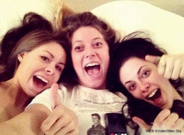 Decembre 2011: 2 photos de Kristen avec ses amies Suzie et Lindsay.
