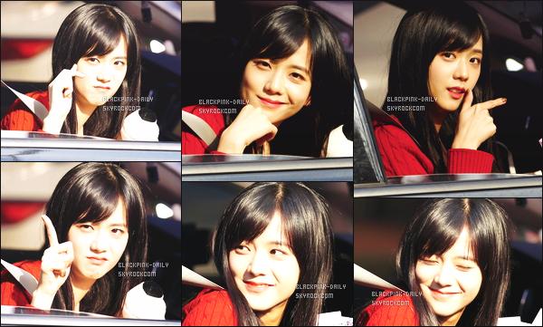 ----------------  14/01/18 :  Mlle Jisoo a été aperçue arrivant/quittant dans sa voiture dans les studios du show   Inkigayo - Séoul.   Elle est   mimi, elle est dans sa voiture elle prend du temps à parler avec les fans qui l'on attendu toute la journée. Top pour ses cheveux. ----------------