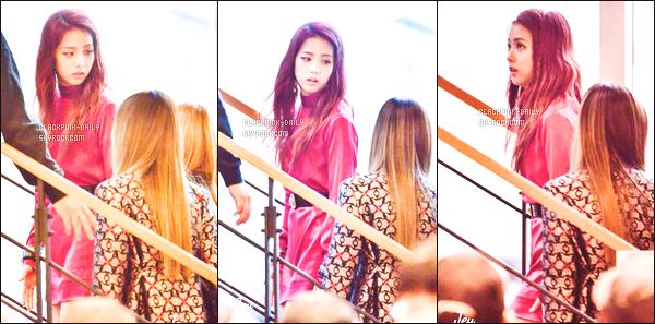 ----------------  10/11/16 :  Jisoo a été aperçue arrivant/quittant dans sa voiture dans les studios du show   M Countdown   -  Séoul.  Elle est dans l'escalier des locaux de l'emission M Countdown. Elle est tellement belle, j'adore  tellementses longs cheveux et  la tenue rouge. ----------------