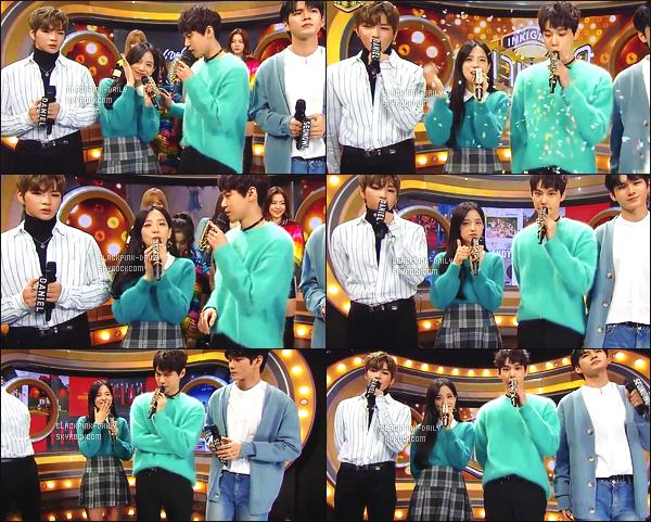 ----------------  19/11/17 :  Des captures d'ecran de notre magnifique Jisoo pendant  l'émission 936 de   Inkigayo en présentatrice.  Elle est   dans son rôle de présentatrice avec Jinyoung & Doyoung.   Top pour la tenue, elle est tres  sublime  Jisoo avec les cheveux laché.  ----------------