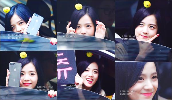 ----------------  08/10/17 :  Mlle Jisoo a été aperçue arrivant/quittant dans sa voiture dans les studios du show   Inkigayo à Séoul.   Elle est toute adorable, elle est dans sa voiture elle prend du temps à parler avec les fans qui l'on attendu toute la journée. J'aime trop. ----------------