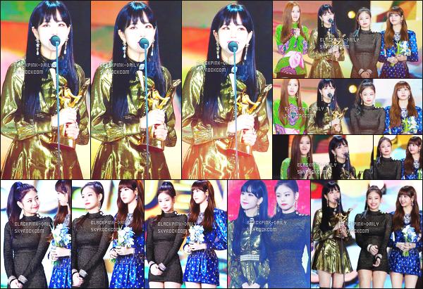 ----------------  10/01/18  :  Nos BlackPink  photographiée recevant un prix lors de la cérémonie des  Golden Disc Awards -    à Séoul.   Les filles sont top. Je suis fiere de nos filles. Elles sont vraiment au top. Gros top pour cette tenue de Jisoo. Elle  est  au top cette robe. ----------------
