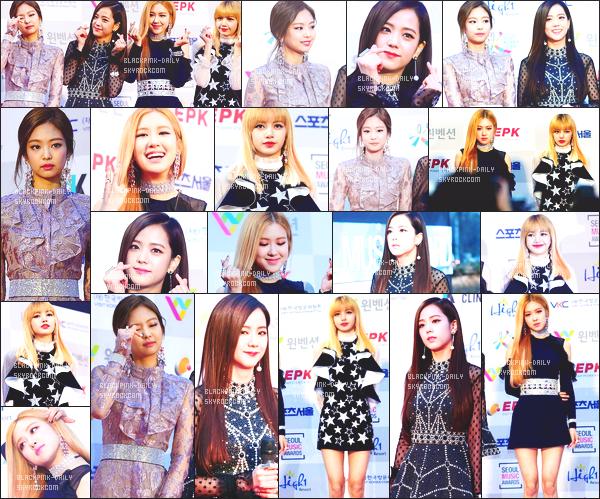 ----------------  19/01/17 :    BlackPink   été   photographiée  sur le tapis rouge de la   cérémonie des    Seoul Music Awards   -    dans  Séoul.  J'aime trop la robe de Jennie mais pas trop fan de la coiffure tiré. Je suis hyper fan de la robe aussi de Jisoo. Flop pour les cheveux de Lisa.  ----------------