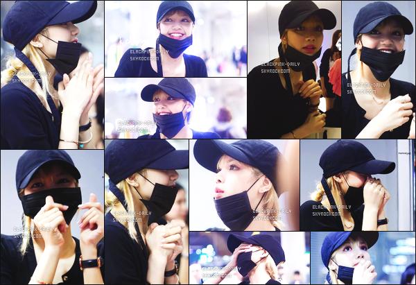----------------  17/01/17 : Notre magnifique et toute souriante Lisa a ete photographiée dans la journée à l'aéroport -    à Séoul.   J'aime  la tenue assez sombre de Lisa même si c'est simple, cette petite casquette lui va tellement bien, elle est hyper adorable avec les fans.  ----------------