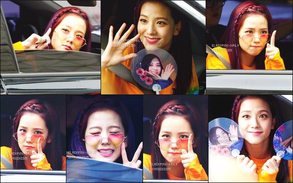 ----------------  09/07/17 :  Mlle Jisoo a été aperçue arrivant/quittant dans sa voiture dans les studios du show   Inkigayo - Séoul.   Elle est   adorable, elle est dans sa voiture elle prend du temps à parler avec les fans qui l'on attendu la journée. Top pour ses cheveux. ----------------