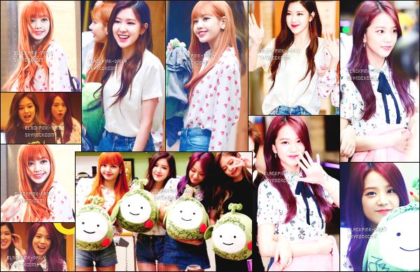 ----------------  04/07/17 :     Dans la journée,    BlackPink ensemble dans l'émission de radio  Kiss The Radio de Hongki's - à Seoul.  Alors j'adore toutes les tenues de BlackPink mais j'ai un coup de coeur pour la tenue de  Lisa, j'adore beaucoup son petit haut coloré.  ----------------