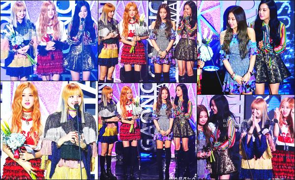 ----------------  22/02/17 :    BlackPink   été   photographiée recevant un prix à la   cérémonie des   Gaon Chart Music Awards - à  Séoul.  Les filles sont tellement belle et sublime. Je ne suis pas trop fan de la tenue de Lisa. Mais je suis fan de la tenue de Rosé et de Jennie.  ----------------