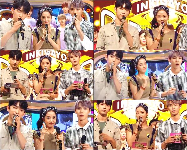 ----------------  13/08/17 :  Des captures d'ecran de notre magnifique Jisoo pendant  l'émission 924 de   Inkigayo en présentatrice.  Elle est   dans son rôle de présentatrice avec Jinyoung & Doyoung.   Top pour cette tenue, elle est   sublime  Jisoo avec les cheveux attaché.  ----------------