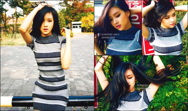 ----------------  • Des photos personnelles de l'adorable Rosé mis en ligne sur leur compte partagé sur Instagram.   Des photos de notre magnifique Rosé, elle etait encore debutante lors de ses photos. J'adore trop ses longs cheveux brun. Elle est  parfaite.  ----------------