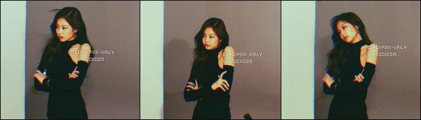 ----------------  • Des photos personnelles  de notre toute adorable Jennie mis en ligne sur leur compte partagé sur Instagram.  Novembre 2017  -  Des photos de Jennie lors d'un tournage encore secret. Jennie  est vraiment trop adorable, je suis  fan de de la tenue.  ----------------