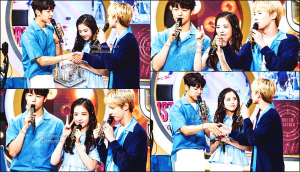 ----------------   07/05/17 :   Mlle Jisoo a été photographiée en plein performance lors du grand et celebre show   Inkigayo      à Séoul.  Elle est accompagnée de Jinyoung (GOT7) et de Doyoung (NCT). Je suis vraiment fan de cette tenue bleue. Elle est assez belle. J'adore.  ----------------