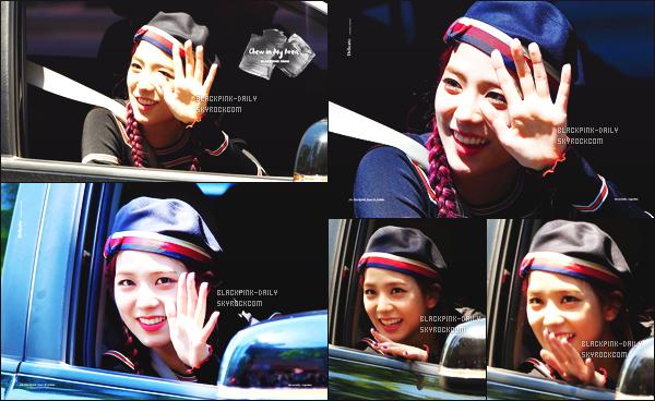 ----------------  06/06/17 :  Mlle Jisoo a été aperçue arrivant/quittant dans sa voiture dans les studios du show   Inkigayo - Séoul.   Elle est   adorable, elle est dans sa voiture elle prend du temps à parler avec les fans qui l'on attendu toute la journée. Top pour ses cheveux. ----------------