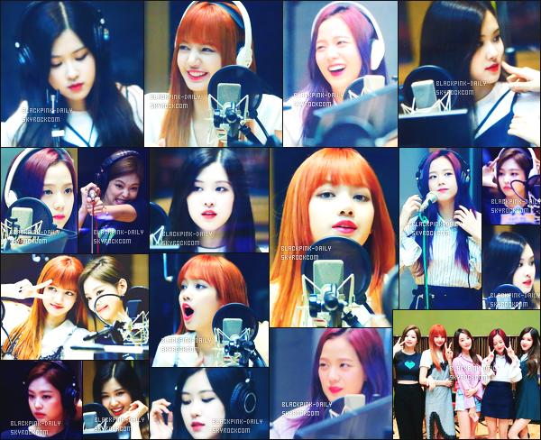 ----------------  10/07/17 :     Dans la journée,  les filles photographiées assistant  à l'émission de radio Jeong Yu-mi FM Date - Seoul.  Alors la j'adore trop  toutes les tenues de BlackPink mais j'ai un coup de c½ur pour la tenue de Rosé.  J'adore trop cette robe assez courte.  ----------------