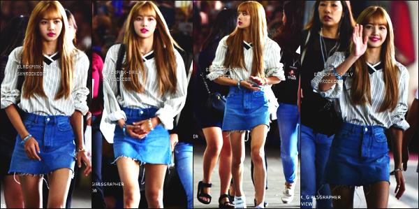 ----------------  11/08/18 : La poupée Lisa a été photographiées  arrivant  dans la journée à l'aéroport de  Suvarnabhumi à Bangkok.   Notre poupée Lisa est assez belle. J'adore beaucoup cette tenue simple en jeans. La jupette courte lui va bien. Elle est tellement jolie.  ----------------