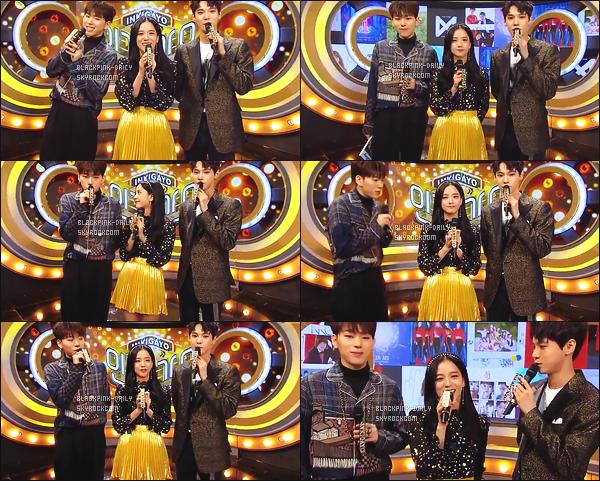 ----------------  12/11/17 :  Des captures d'ecran de notre magnifique Jisoo pendant  l'émission 935 de   Inkigayo en présentatrice.  Elle est toujours  dans son rôle de présentatrice avec Jinyoung & Doyoung. Gros top pour la tenue, elle est    sublime  la princesse Jisoo.  ----------------