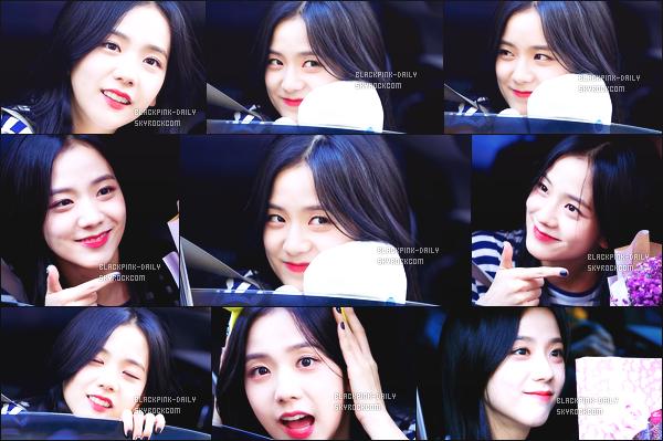 ----------------  12/11/17 :  Mlle Jisoo a été aperçue arrivant/quittant dans sa voiture dans les studios du show   Inkigayo - Séoul.   Elle est   cute, elle est dans sa voiture elle prend du temps à parler avec les fans qui l'on attendu toute la journée. Top pour ses cheveux. ----------------
