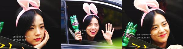 ----------------  15/10/17 :  Jisoo a été aperçue arrivant/quittant dans sa voiture dans les studios du show   Inkigayo  -  dans   Séoul.   Elle est toute adorable, elle est dans sa voiture elle prend du temps à parler avec les fans qui l'on attendu toute la journée. J'aime assez. ----------------