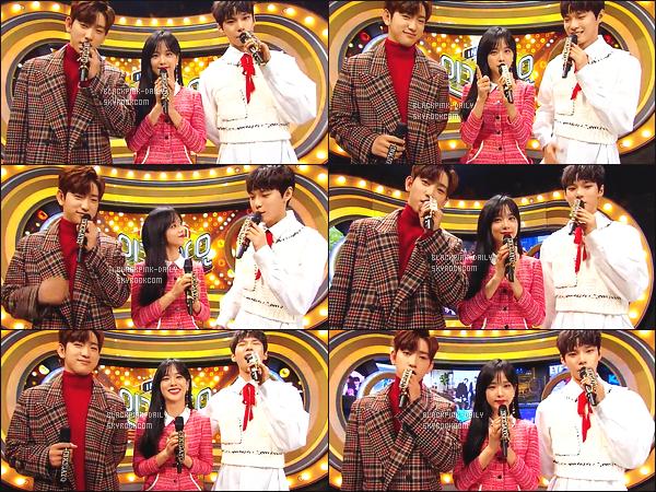 ----------------  03/12/17 :  Des captures d'ecran de notre magnifique Jisoo pendant  l'émission 938 de   Inkigayo en présentatrice.  Elle est   dans son rôle de présentatrice avec Jinyoung & Doyoung.   Top pour la tenue, elle est tres  sublime  Jisoo avec les cheveux laché.  ----------------
