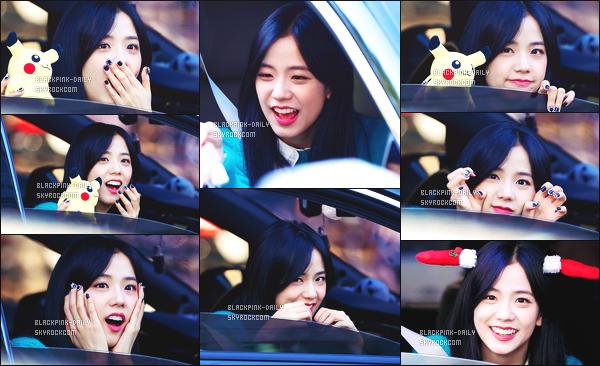 ----------------  19/11/17 :  Mlle Jisoo a été aperçue arrivant/quittant dans sa voiture dans les studios du show   Inkigayo - Séoul.   Elle est   adorable, elle est dans sa voiture elle prend du temps à parler avec les fans qui l'on attendu toute la journée. Top pour ses ongles. ----------------