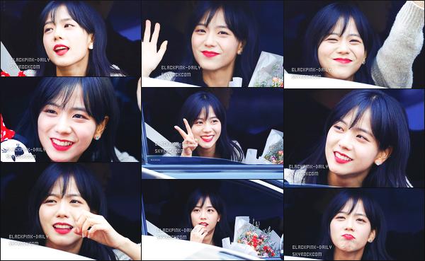 ----------------  04/02/18 :  Mlle Jisoo a été aperçue arrivant/quittant dans sa voiture dans les studios du show   Inkigayo - Séoul.   Elle est   mimi, elle est dans sa voiture elle prend du temps à parler avec les fans qui l'on attendu toute la journée. Top pour ses cheveux. ----------------